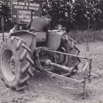 Een grondboor op de hefinrichting van een tractor, gefabriceerd door de firma Hollemans, Zwingelspaan