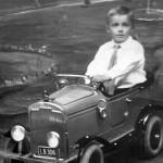 Piet Grootenboer mag in een trapauto rijden en ook nog op de foto!