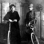 Kapelaan P. van Dijk en Frans Verhaart in 1918