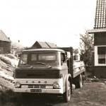 Niek Neelen haalt melkbussen op en brengt ze naar Bottema
