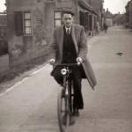 Piet Matthee pakt de fiets