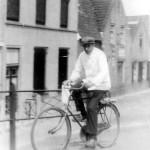 Slager Jan Sneep op zijn fiets