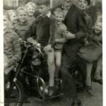 Tiny Schouwenaars op de motor met de  jeugd erbij, ca 1960