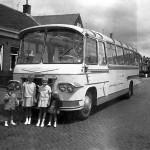 Een touringcar van Van Baaren met de zusjes Marion en Ria van der Horst en hun nichtjes  José en Marian van der Horst. Foto van 1962