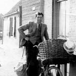 Jan Martens met een volgeladen fiets. Zo gaat hij langs dijken en wegen.
